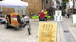 Initiative Grundeinkommen informiert Menschen auf der Straße in Heilbronn